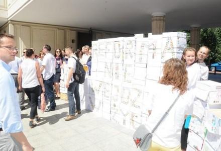 """""""Ratuj maluchy i starsze dzieci też"""" – milion podpisów w Sejmie za referendum w sprawie obowiązkowego posyłania 6-latków do szkoły. """"Reforma"""" nie przejdzie?"""