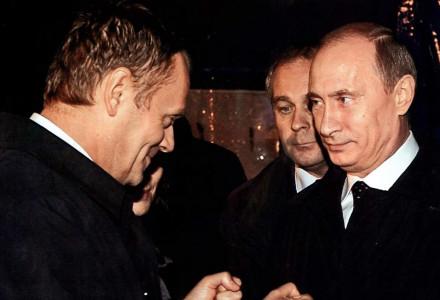 """27.10.2012 – Tygodnik """"W Sieci"""" publikuje na okładce nieznane do tej pory, a wiele mówiące zdjęcie Donalda Tuska i Władymira Putina z 10 kwienia 2010."""