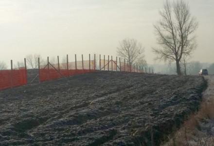 14 listopada 2013. Starostwo powiatowe stawia płotki przeciwśnieżne na krytycznych odcinkach drogi powiatowej między Bogucinem a Moszenkami.