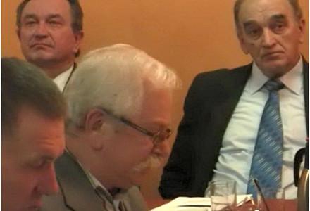 Radny Wiesław Ostapiński broni Zdzisława Niedbały przed atakami wójta Kazimierza Firleja. Koniec świata? Nie, rozsądek i doświadczenie.