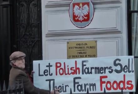"""""""Pozwólcie rolnikom sprzedawać ich własną żywność"""". Protest przed polską ambasadą w Londynie"""