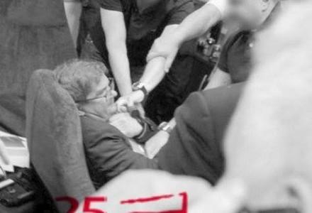 """Funkcjonariusze ABW próbują siła wydrzeć laptopa redaktorowi naczelnemu """"Wprost"""" – 25 lat wolności…"""