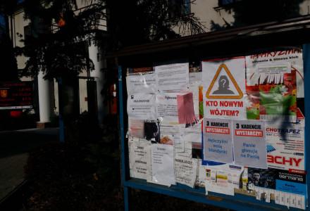 Czy wójt Firlej panicznie boi się przegranej? Jego pracownicy zaklejają plakaty wyborcze dr Agnieszki Nalewajek ogłoszeniami urzędowymi!