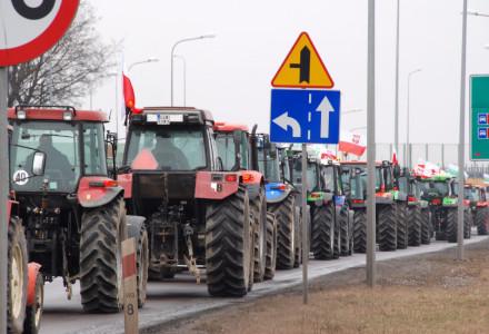 """""""Chcemy normalnie żyć i pracować na naszej ziemi"""" – Pokojowy protest rolników w miejscowości Bogucin"""
