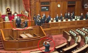 NIEZALEZNA.PL: OBCIACH ROKU: Komorowski… wchodzi w butach na fotel w japońskim parlamencie