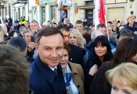 Kandydat na prezydenta Andrzej Duda entuzjastycznie witany przez przechodniów. Warszawa 10 kwietnia 2015