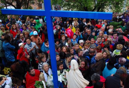 Pielgrzymi zebrani w miejscu comiesięcznego objawienia Matki Bożej. Medjugorie, 2 maja 2015