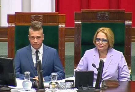 """1 czerwca 2015 roku – Sejm Dzieci i Młodzieży pokazuje czerwoną kartkę Platformie. """"Wierzymy, że Ojczyzna istnieje nie tylko teoretycznie"""". [WIDEO]"""