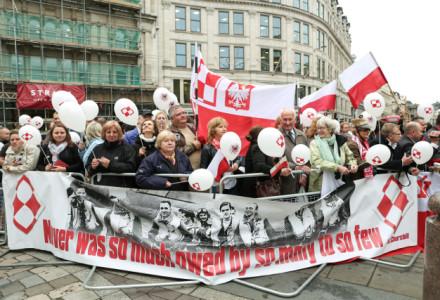 Polski hymn przed katedrą w Londynie. Wzruszający moment pominięty przez prorządowe media
