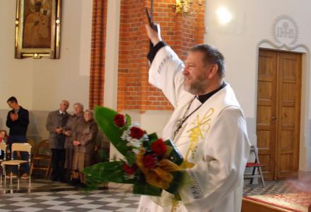 """Koniec Misji Świętych. Ksiądz Bogusław Jaworowski z """"mieczem słowa Bożego"""" podarowanym przez mężczyzn z garbowskiej parafii. Będzie nam księdza brakować!"""