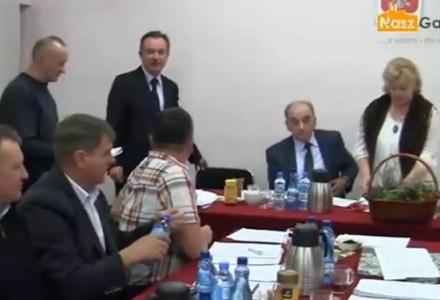 Zdesperowany mieszkaniec przychodzi na sesję rady gminy bo przez 3 lata nie może załatwić papierkowej sprawy w Urzędzie Gminy Garbów [wideo]