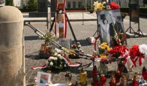 Piknik służb pod Krzyżem. Jak sterowano emocjami na Krakowskim Przedmieściu