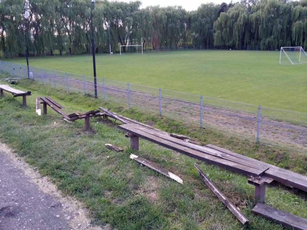 Wandale zniszczyli ławki na boisku w Bogucinie. Apelujemy o pomoc w schwytaniu sprawców