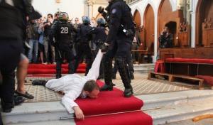 Profanacja podczas mszy i pacyfikacja wiernych. Brutalna akcja francuskiej policji w kościele