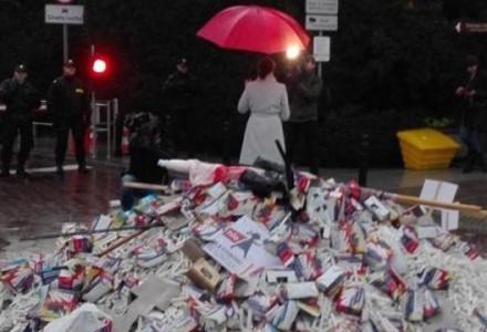 Skandal! ZNP dziękuje przybyłym na manifestację i chwali się zdjęciem przedstawiającym polską flagę na… kupie śmieci