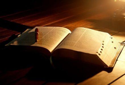 Obłęd politycznej poprawności! Publiczne cytowanie Biblii jest łamaniem prawa. Rani uczucia muzułmanów i homoseksualistów