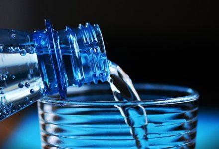 Cisowianka wspiera działania pro life. Partia Razem zachęca do bojkotu popularnej wody mineralnej