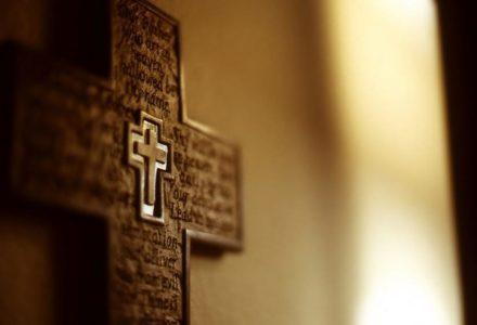 """Ostrzeżenie przed """"prorokami zagłady"""" i roztrzaskany ołtarz w kościele"""