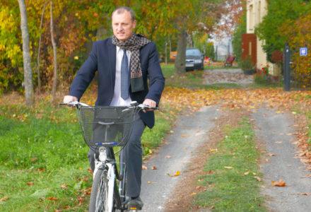 Tadeusz Barszcz jedzie rowerem odwiedzać mieszkańców swojej miejscowości. Gutanów na pewno jest dumny z takiego kandydata! Aż miło spojrzeć.