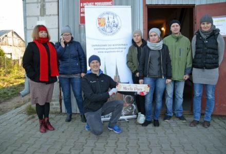 """""""Więcej szczęścia jest w dawaniu aniżeli w braniu"""". Kolejna akcja rozdawania żywności koordynowana przez stowarzyszenie """"Wspólnota Garbowska""""."""