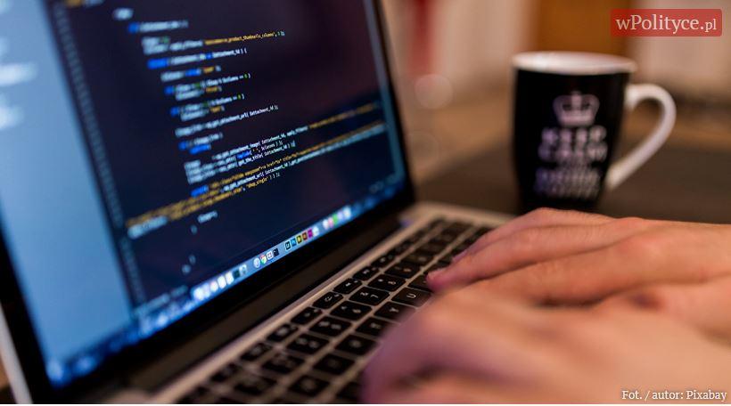 """""""W sieci"""": Dziecko bezpieczne w sieci? Tych zagrożeń nie znaliście! Ten artykuł powinien przeczytać każdy rodzic"""