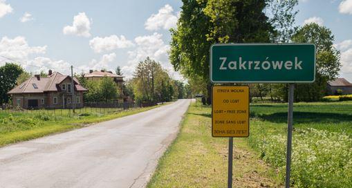"""Gmina Zakrzówek pozywa aktywistę LBGT za przyczepianie znaków """"Strefa wolna od LGBT""""."""