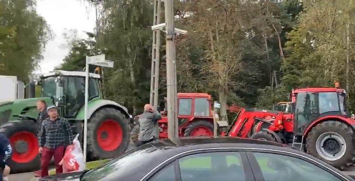 """Rolnicy protestują przeciwko """"Piątce dla zwierząt"""". Zablokowane drogi, taczka i beczka z gnojowicą przed biurem posła PiS (Agroprofil.pl)"""